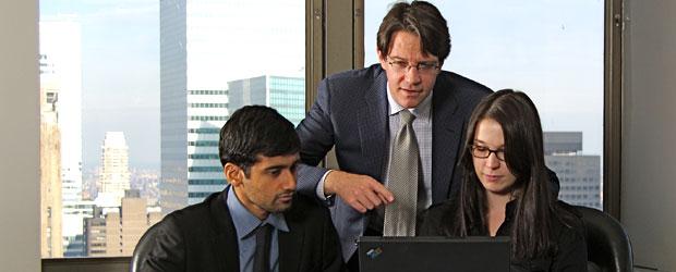 derecho bancario reunion gente trabajando