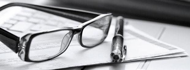 derecho fiscal tributario gafas boligrafo informes